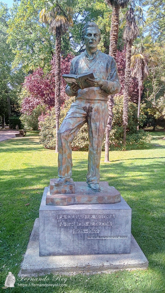 Escultura a Ignacio Aldecoa